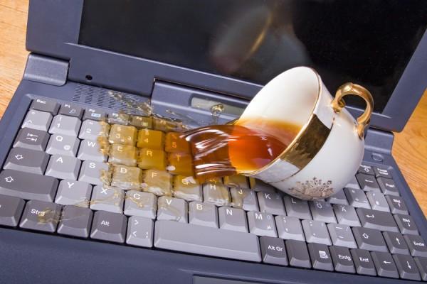 На клавиатуру ноутбука