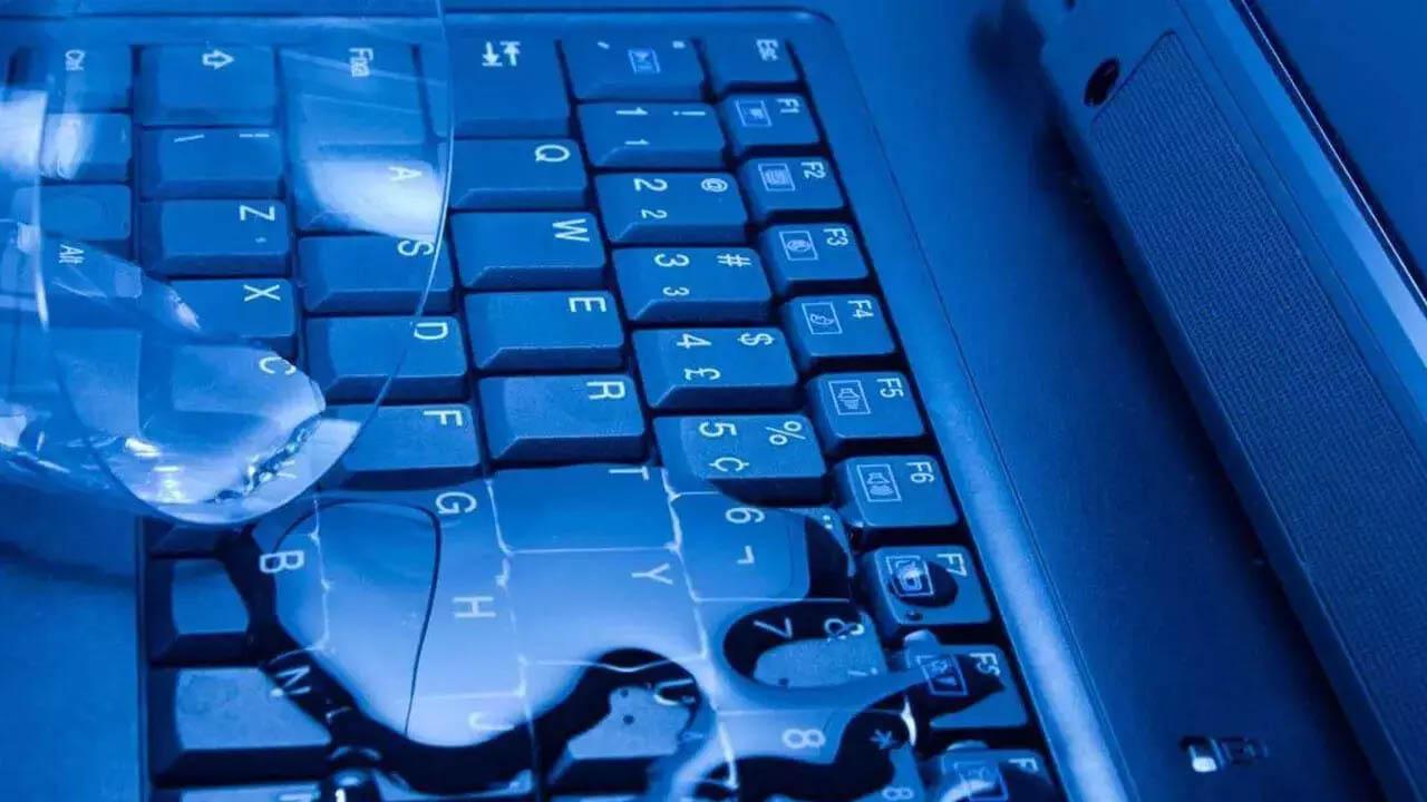 Что делать, если пролилась вода на клавиатуру ноутбука